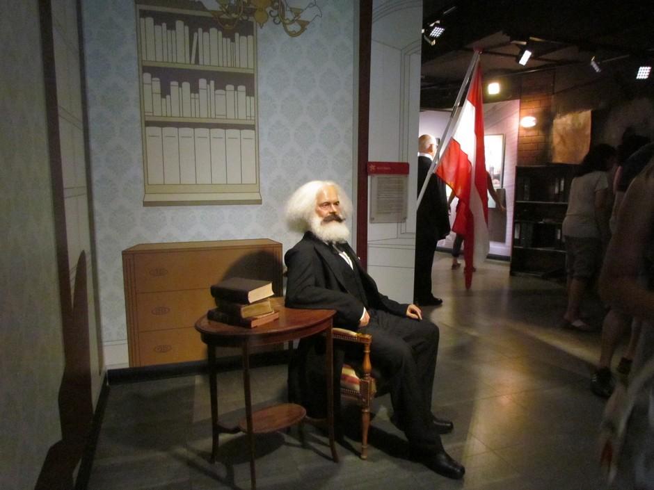 Karl Marx auf Stuhl sitzend