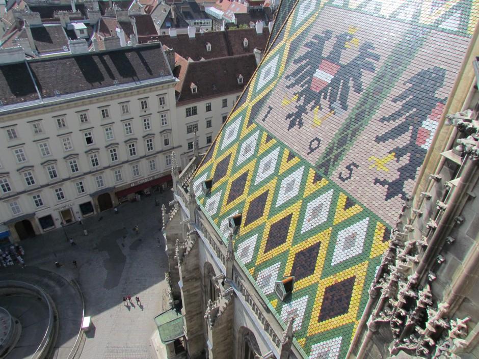 Dach mit Ziegel und Wappenbild auf Stephansdom