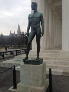 Statue vor Tempel
