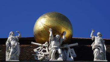 Goldene Kugel und 3 Figuren