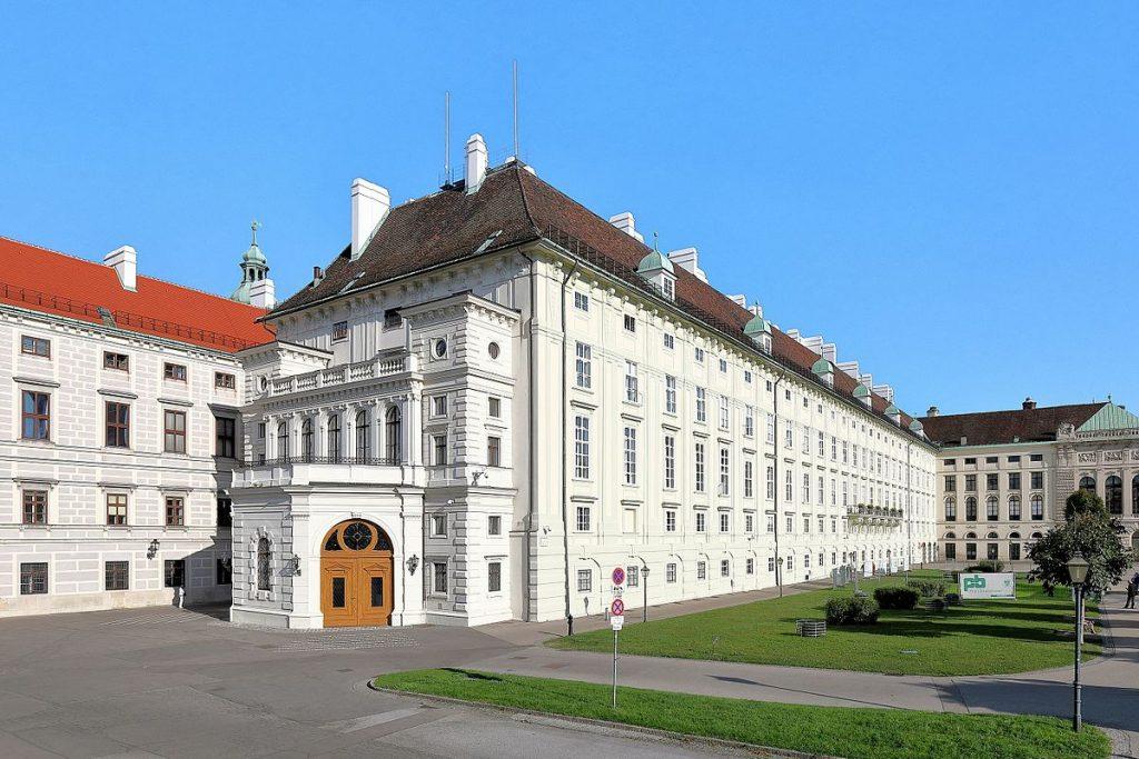 Westansicht des Leopoldinischen Traktes der Hofburg in der österreichischen Bundeshauptstadt Wien.