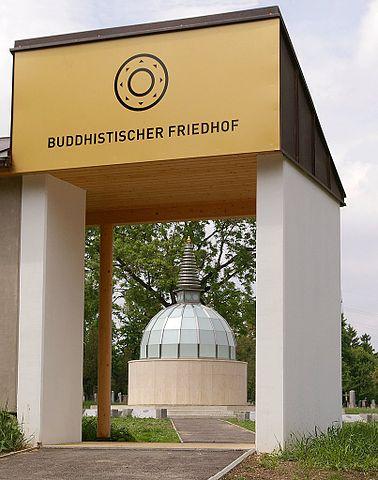 Eingangsbereich und Stupa des Buddhistischen Friedhofs