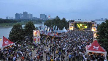 Begeisterte BesucherInnen auf der Donauinsel vor der Bühne