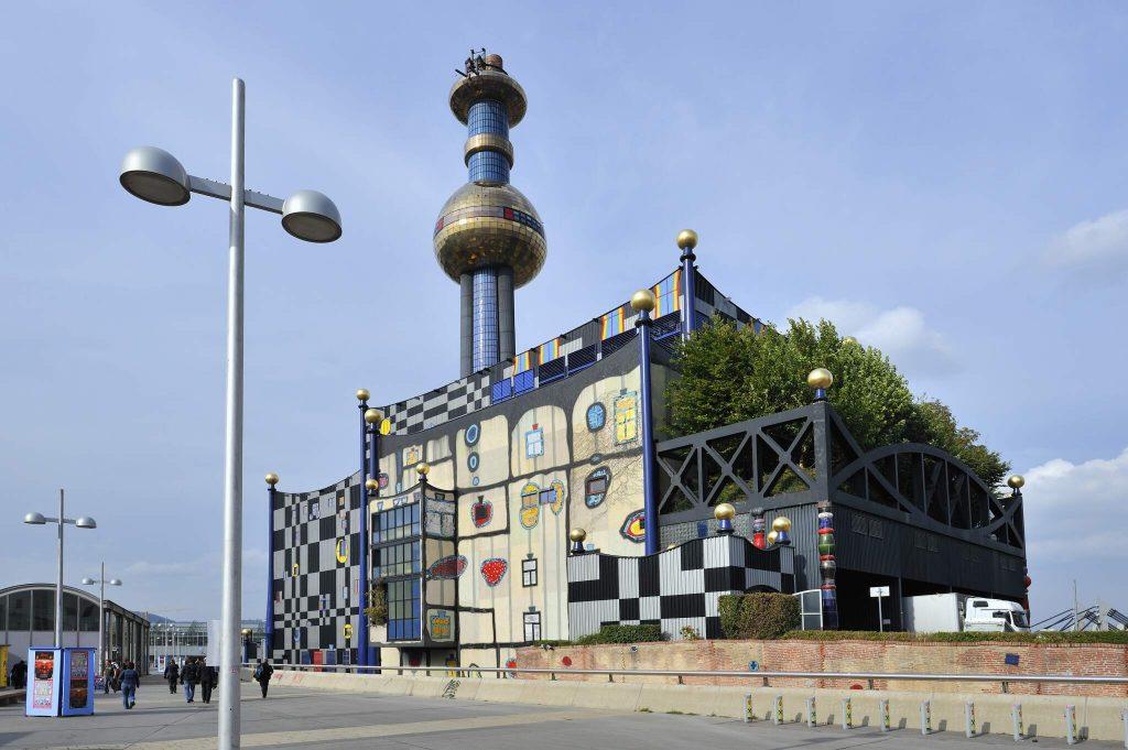 Aussenansicht der Fernwärme Wien - gestaltet von Hundertwasser