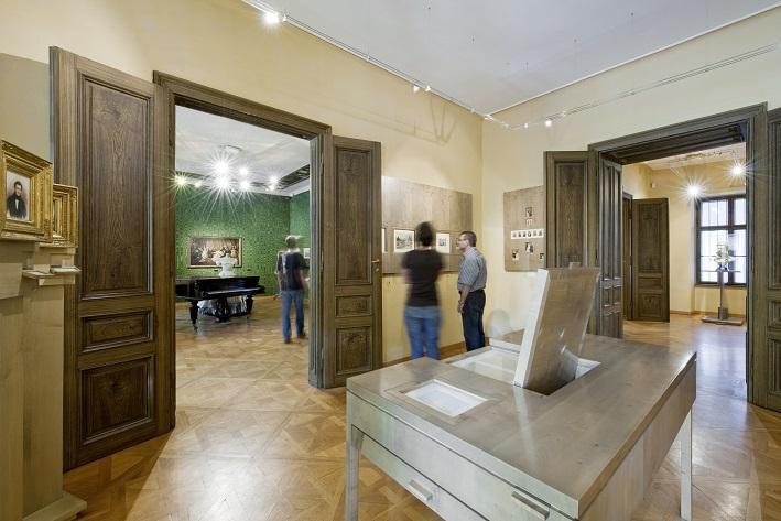 Wohnung mit Einrichtung und Besuchern