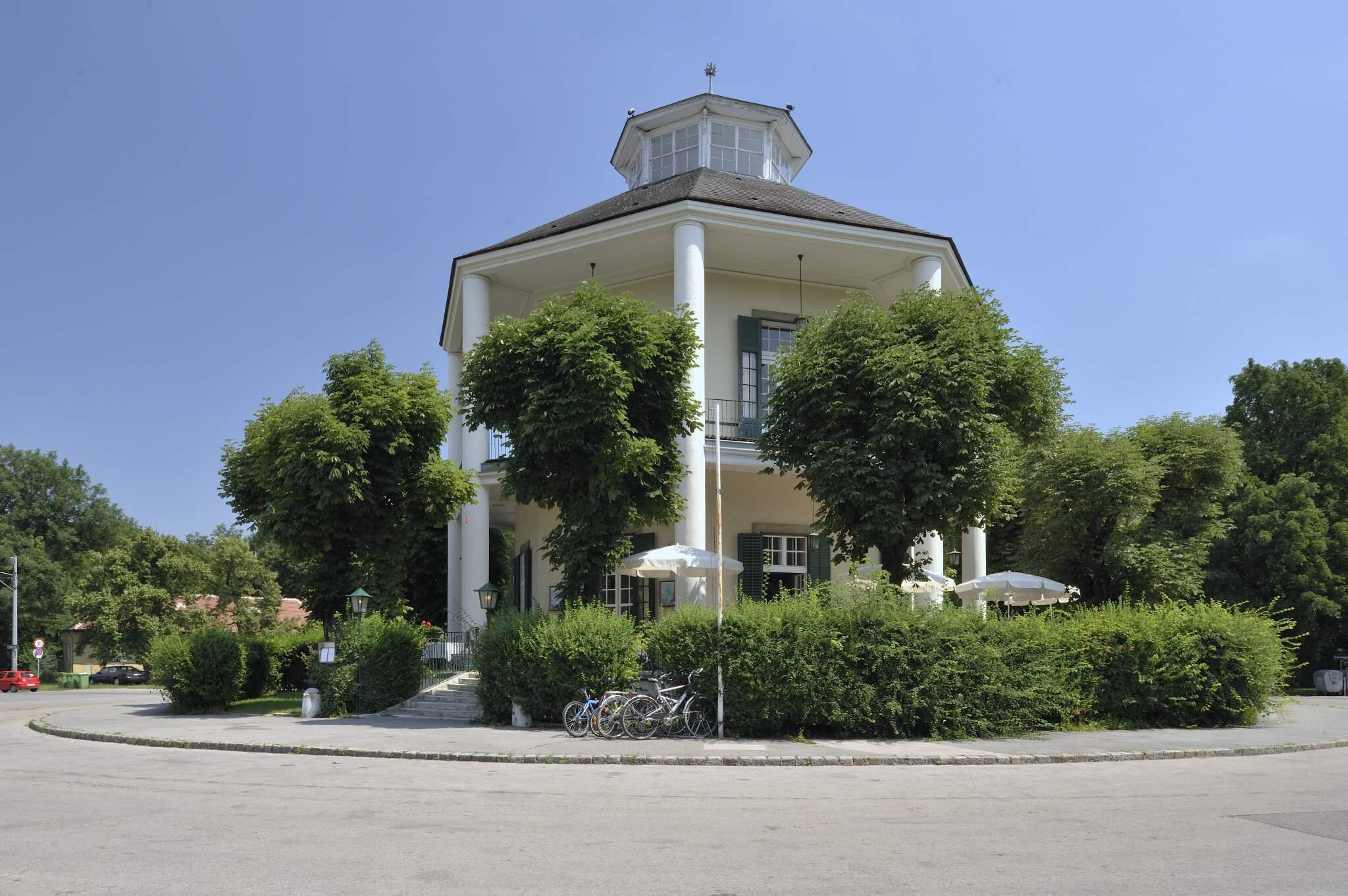 Seitenansicht des Restaurants Lusthaus im Prater