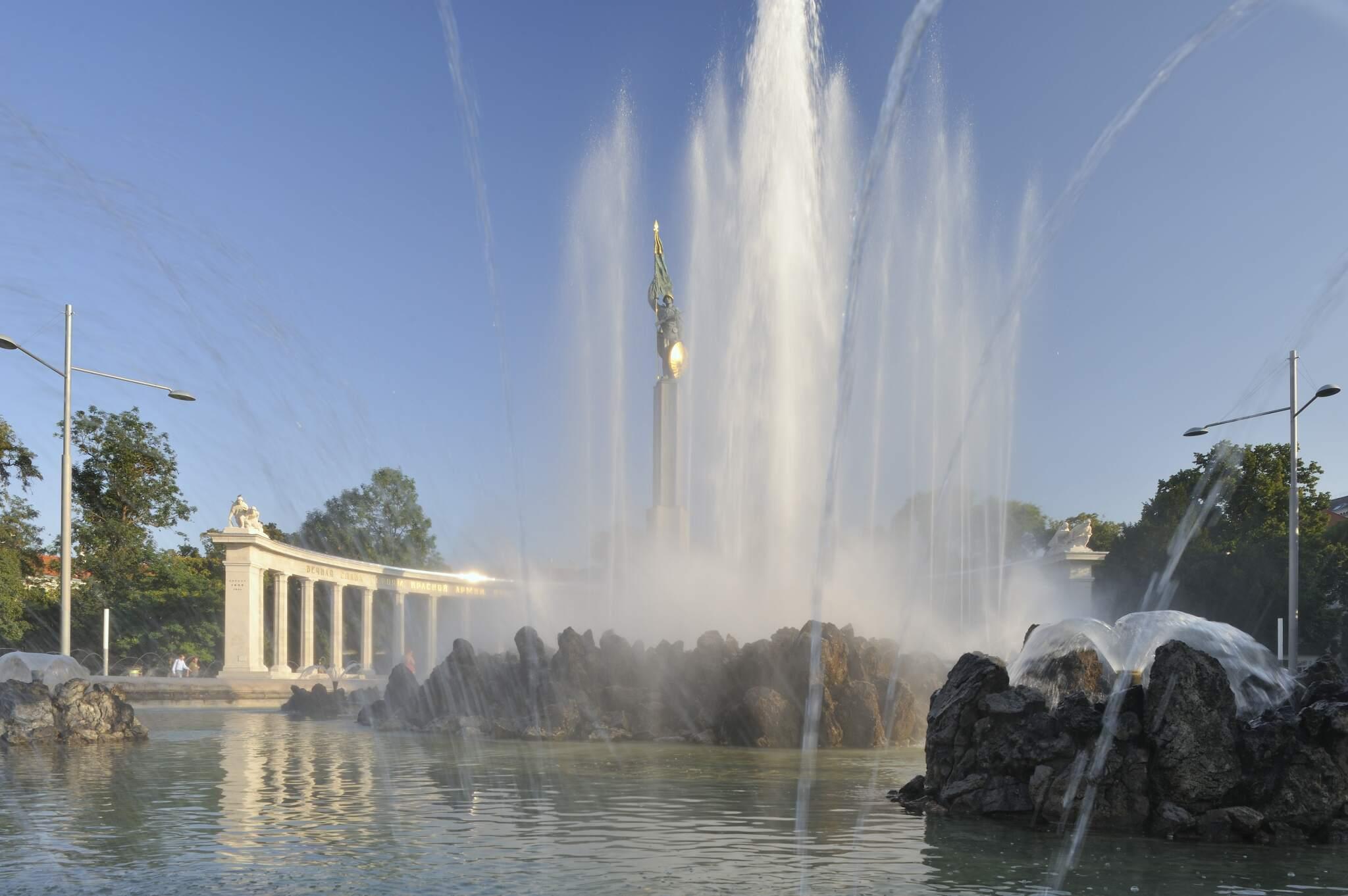 Russisches Denkmal am Schwarzenbergplatz (1. Bezirk) mit Wasserfontäne