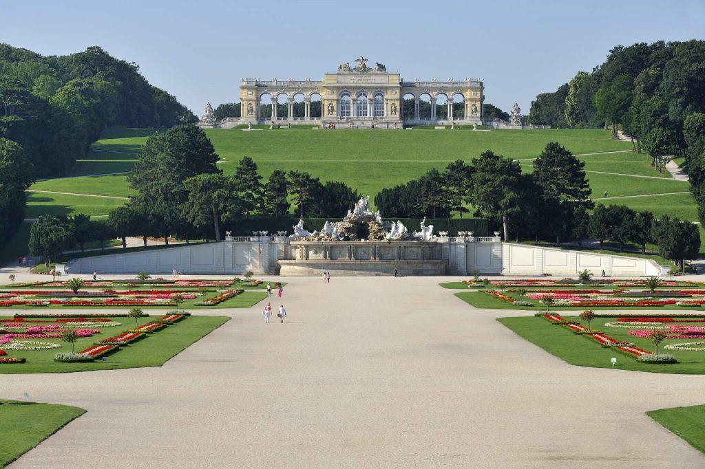 Gloriette vom Schlosspark in Schönbrunn gesehen.