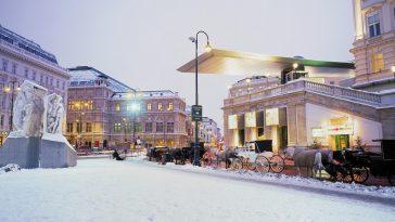 Winterliche Straße mit Kutschen vor der Albertina