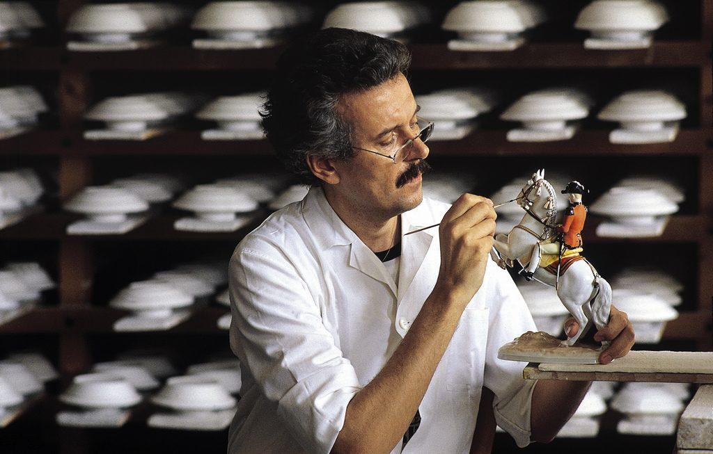 Handwerker beim bemalen einer Lipizzaner-Figur.