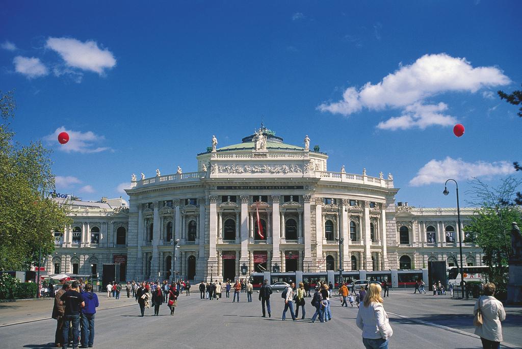 Wiener Burgtheater vor dem Rathausplatz