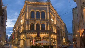 Das Café Central in der Wiener Innenstadt am Abend