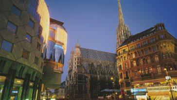 Nachtansicht des Stephansplatzes mit Haas Haus und Stephansdom