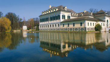 Schlossvilla Schloss Laudon mit Teich in Wien-Huetteldorf