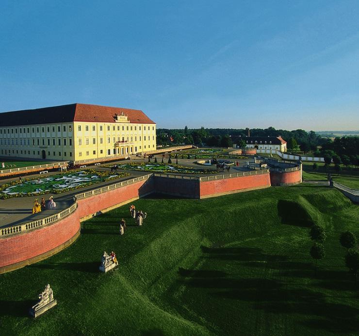 Schloss Hof Ansicht von außen inkl. Parkanlagen