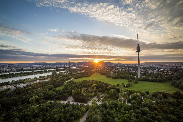 Sonnenuntergang über Wien (Blick über den Donaupark auf den Kahlenberg)