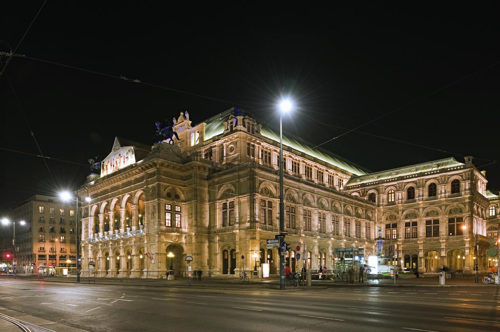 Staatsoper und Ringstraße bei Nacht