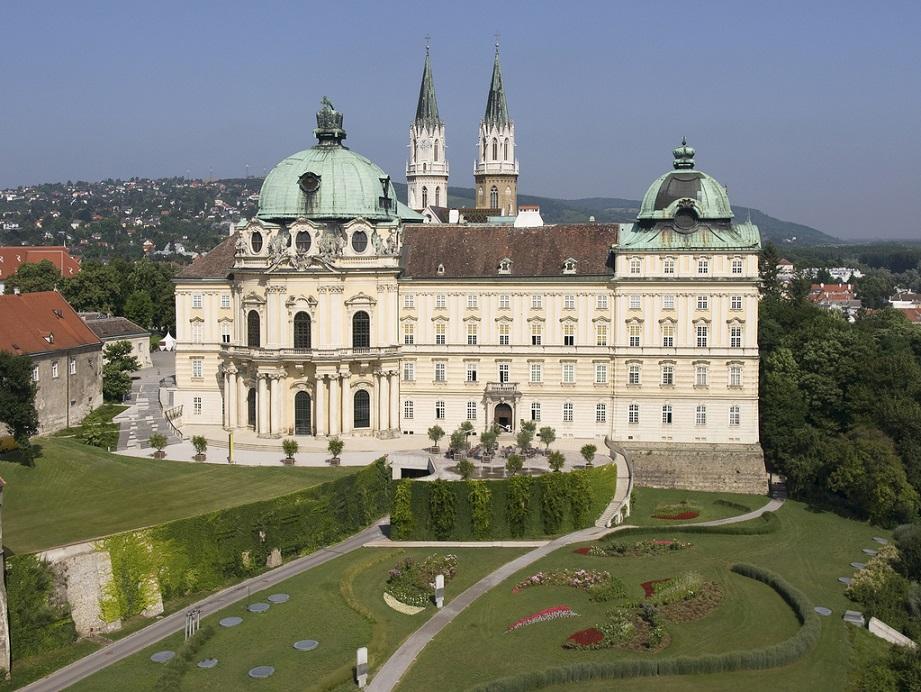 Frontalansicht auf das Stift mit Gartenanlage in Niederösterreich.