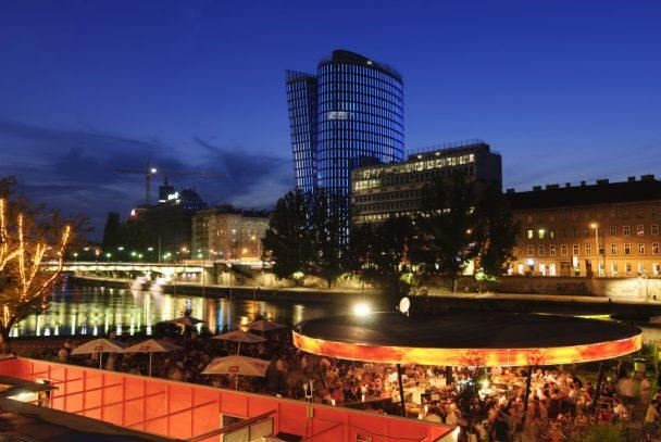 Strandbar Herrmann am Donaukanal mit Uniqa Tower (Medienfassade mit einer Punktmatrix aus LEDs)