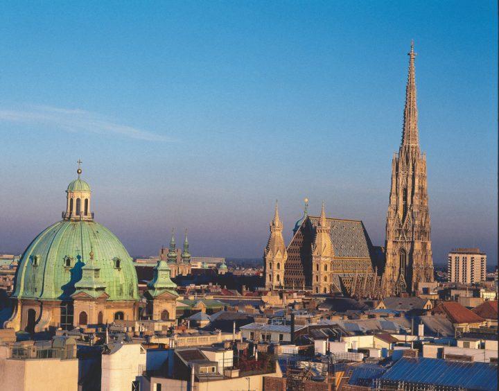 Wiener Innenstadt mit Blick auf Peterskirche und Stephansdom.