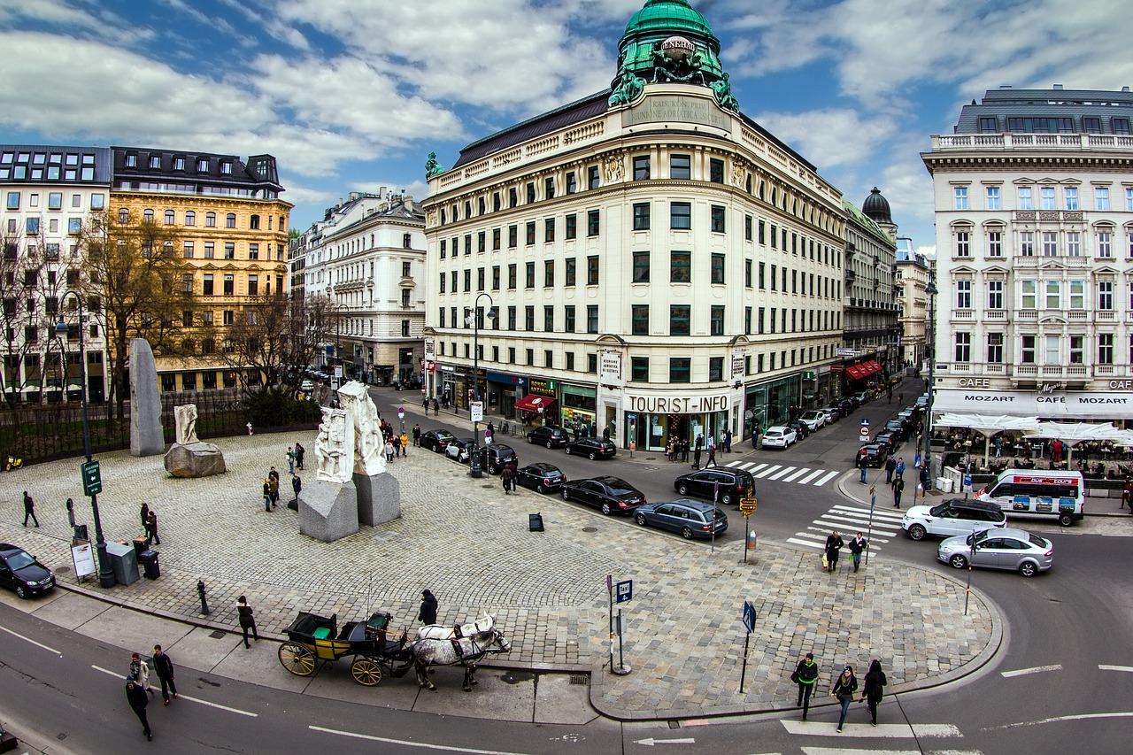 Albertinaplatz mit Mahnmal und Tourist-Info