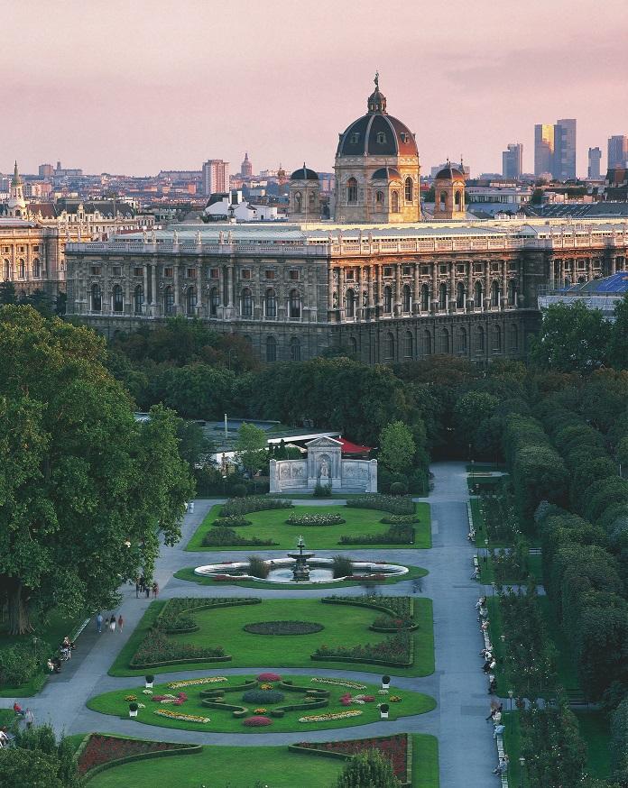 Volksgarten und Naturhistorisches Museum in Wien