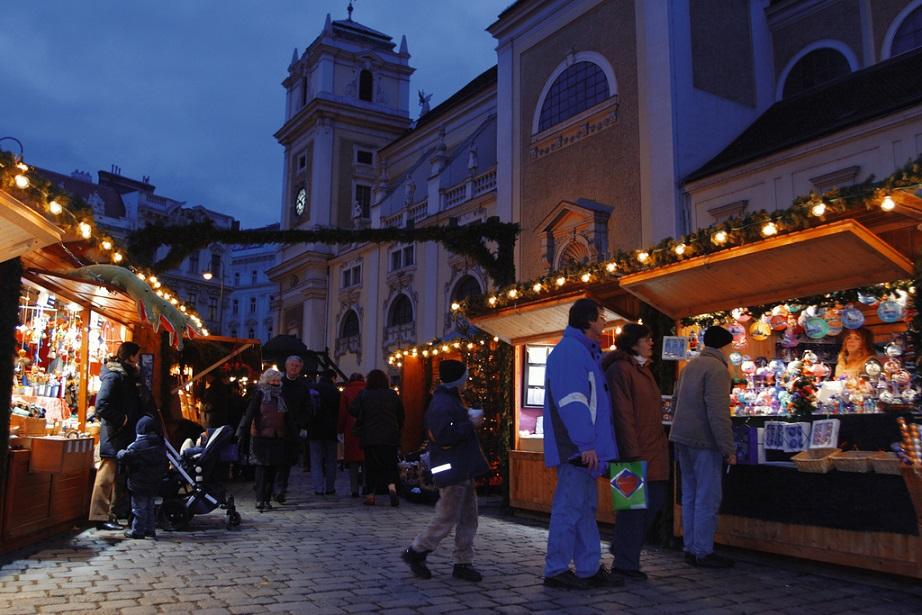 Abend am Adventmarkt beim Wiener Schottenkloster