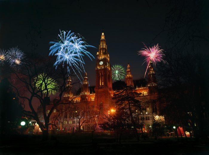 Neujahrsfeier mit Feuerwerk am Rathausplatz.