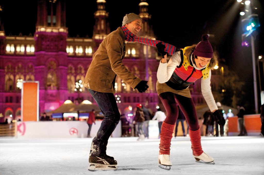 Eislaufen beim Wiener Eistraum am Rathausplatz.