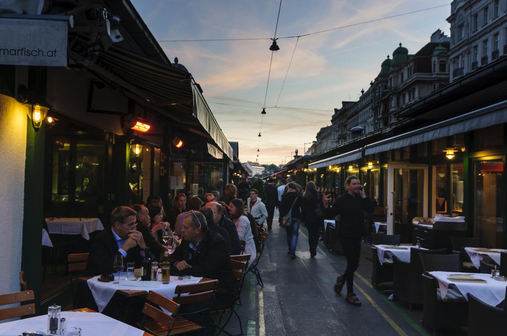 Abendstimmung in den Restaurant-Gassen des Wiener Naschmarktes
