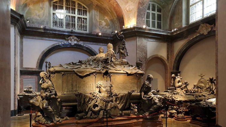 Maria-Theresia-Gruft unter anderem mit dem Doppelsarkophag von Maria Theresia und Franz Stephan