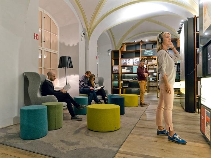 Leseecke im Literaturmuseum mit Menschen