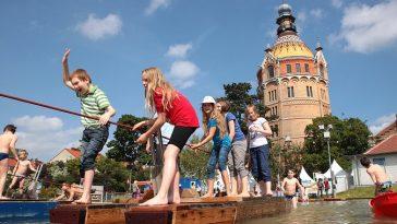 Wiener Wasserfest, Kinder auf Floßen auf dem Wasser