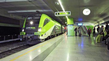 Der Zug City Airport Train in der Station mit Menschen