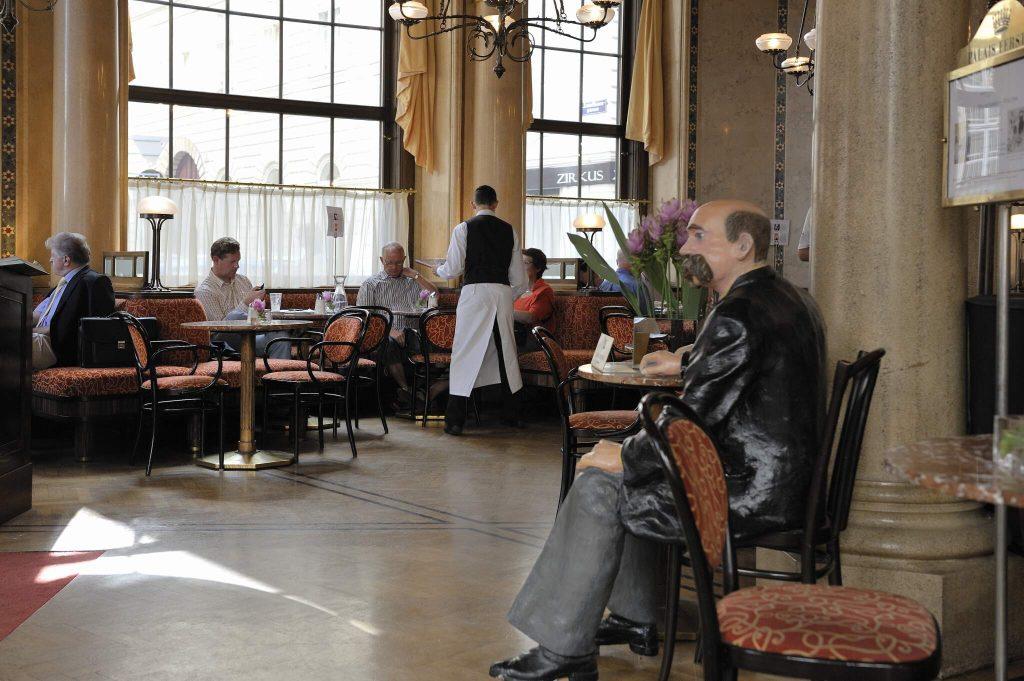 Cafe Central mit Kellner und Gästen (1., Ecke Herrengasse/Strauchgasse)