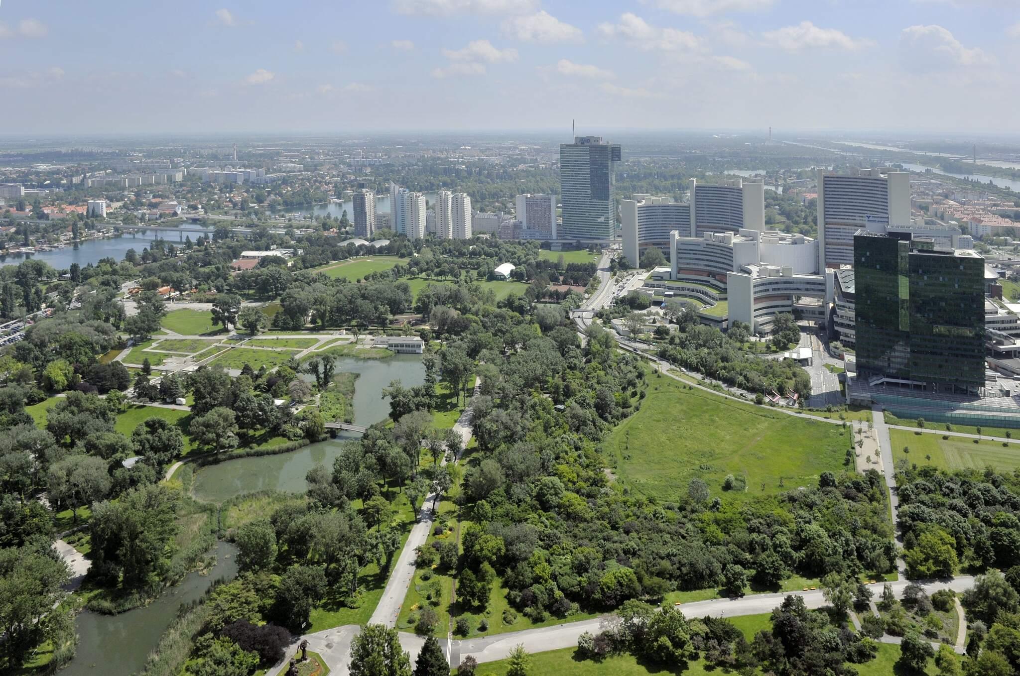 Donauturm - Blick über Wien mit UNO-City (22. Bezirk)