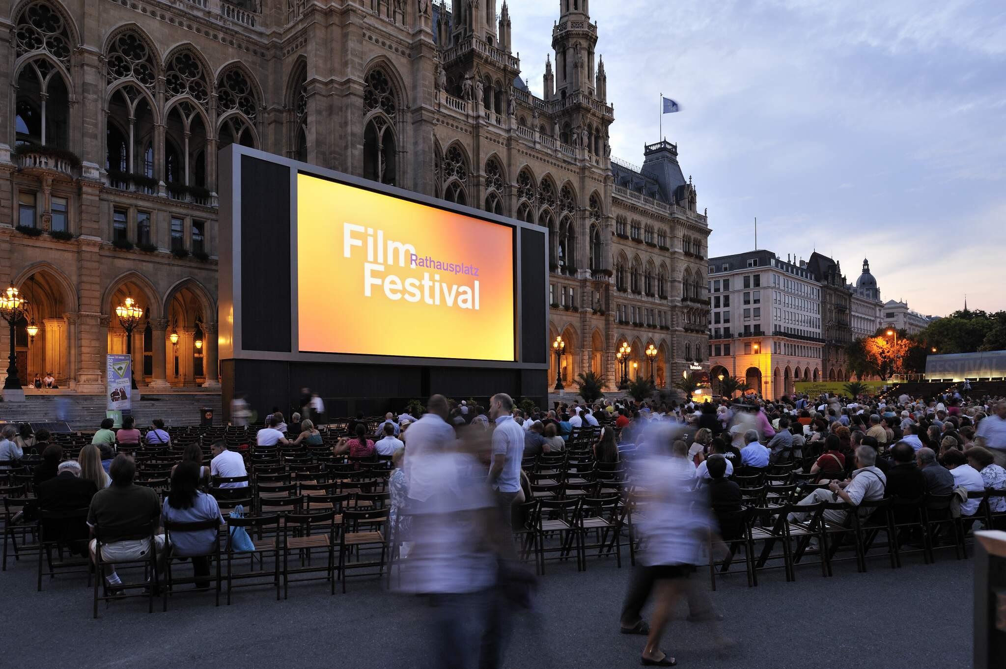 Filmfestival am Wiener Rathausplatz mit Leinwand