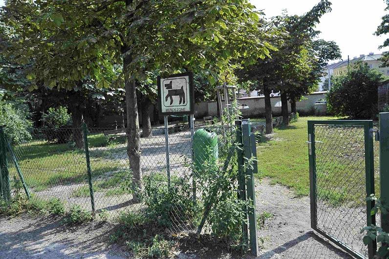 Schild und Zaun Wiener Hundezone