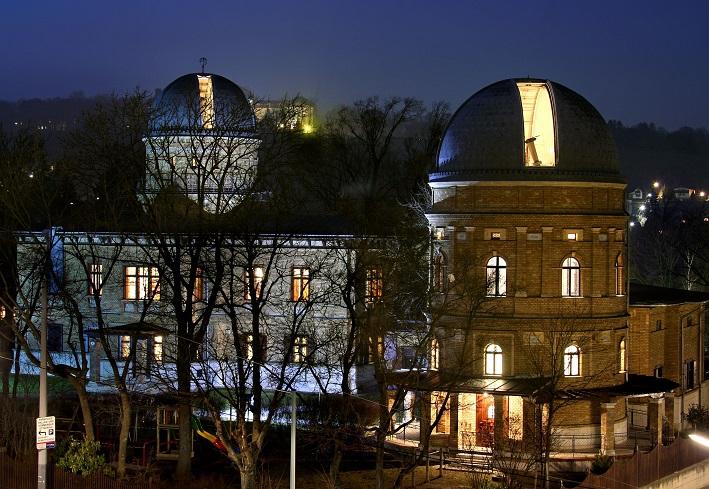 Die Sternwarte bei Nacht und bei geöffneter Kuppel