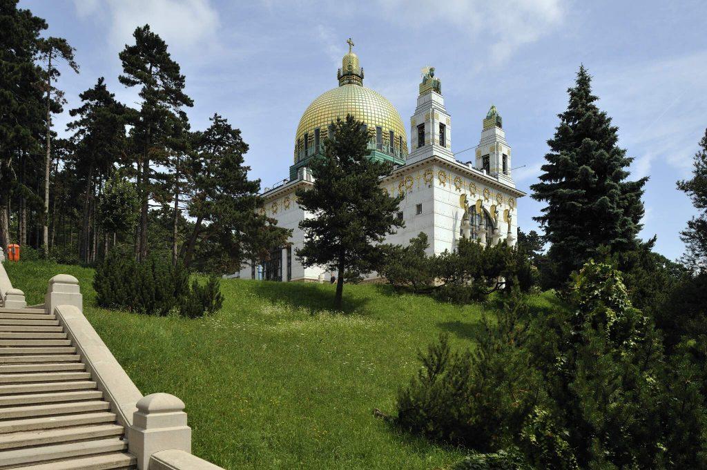 Treppe und Seitenansicht der Otto Wagner Kirche am Steinhof