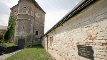 Schloss Neugebäude mit Otmar Brix-Tafel (11. Bezirk)