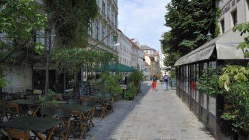 Biedermeier-Gasse mit vielen Geschäften und Lokalen