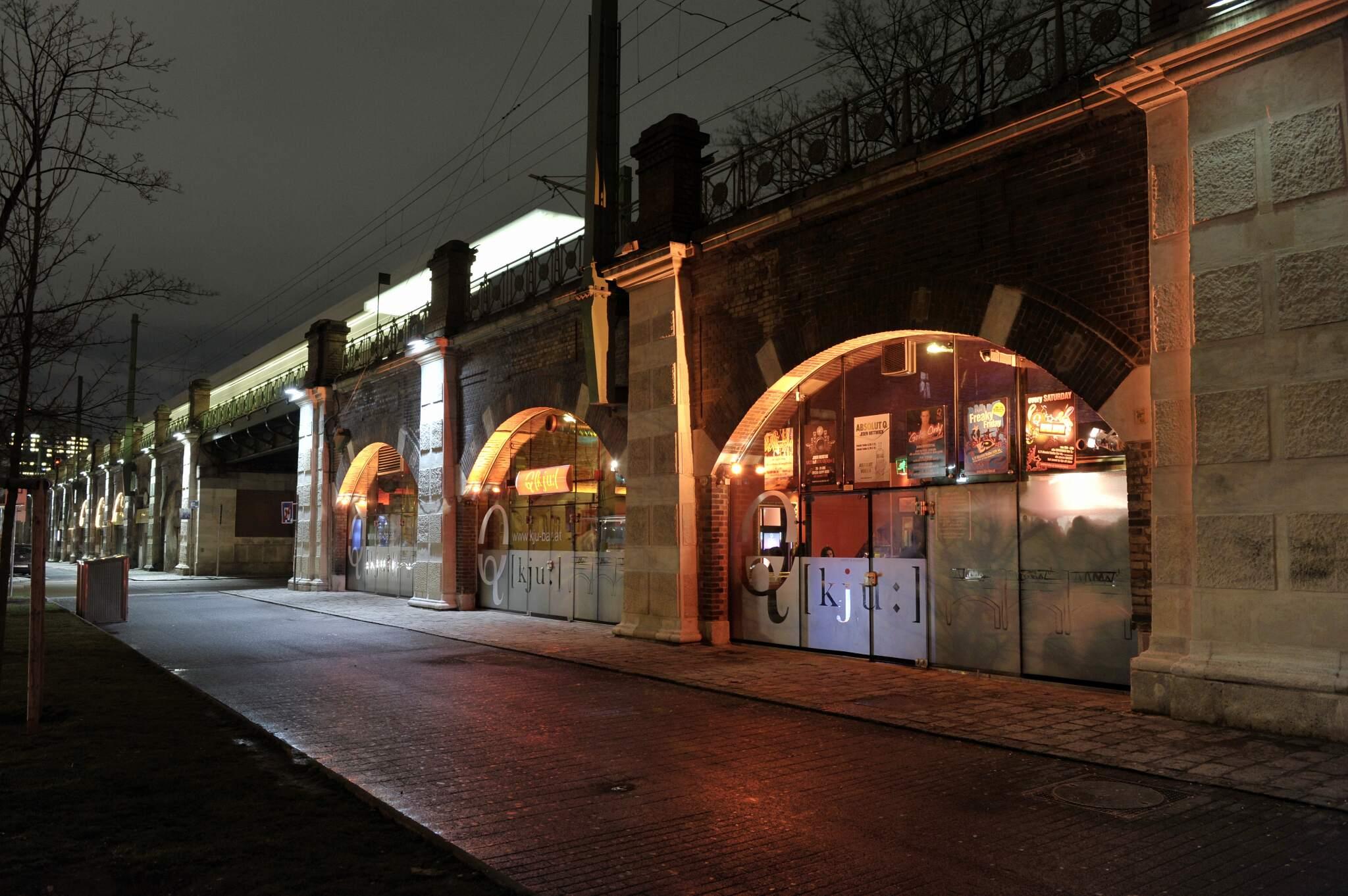 Stadtbahnbögen am Gürtel - Lokal bei Nacht