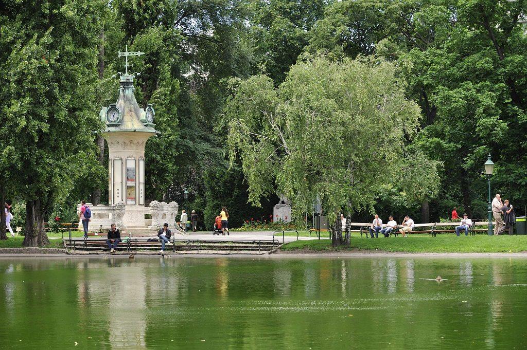 Teich mit Spaziergängern im Wiener Stadtpark