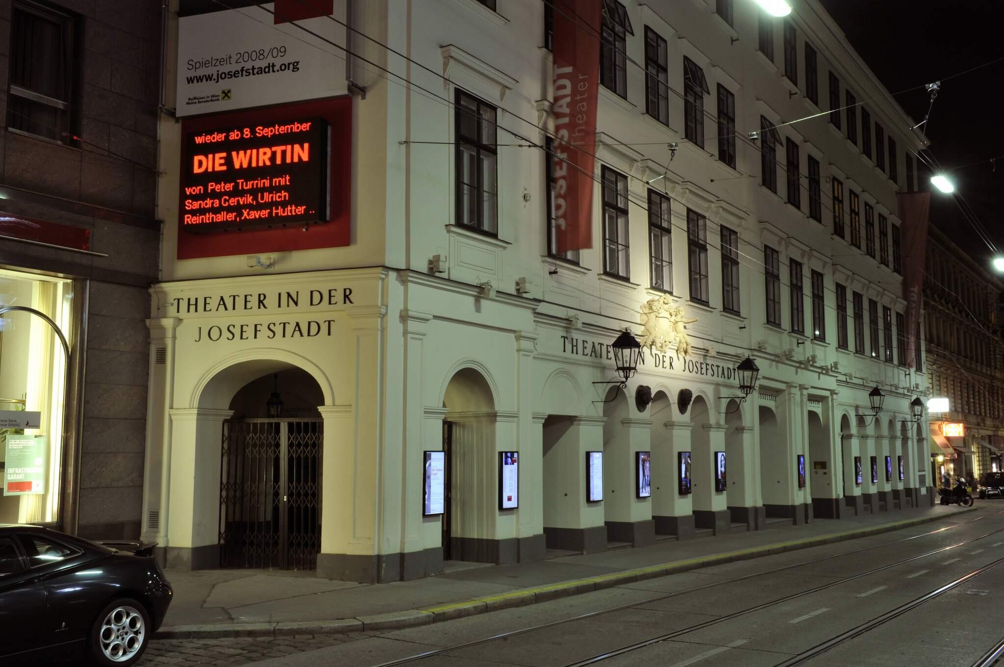 Außenansicht des Theatergebäudes bei Nacht