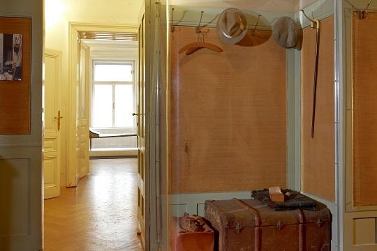 Eingangsraum zur Praxis mit Blick auf Franz West, 'Liège'