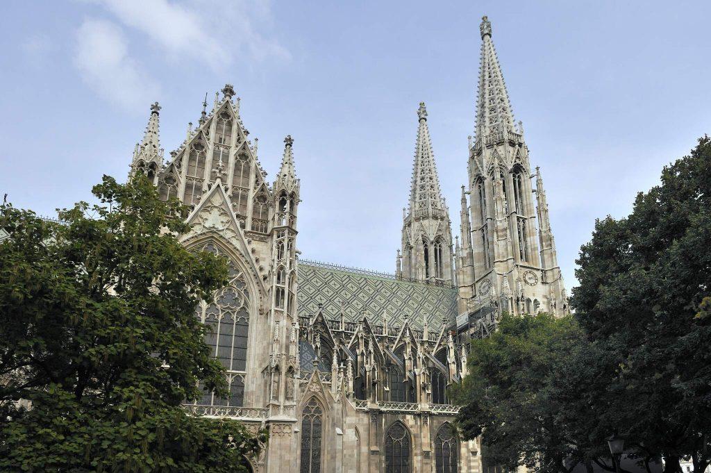 Seitenansicht des Kirchengebäudes Votivkirche in Wien