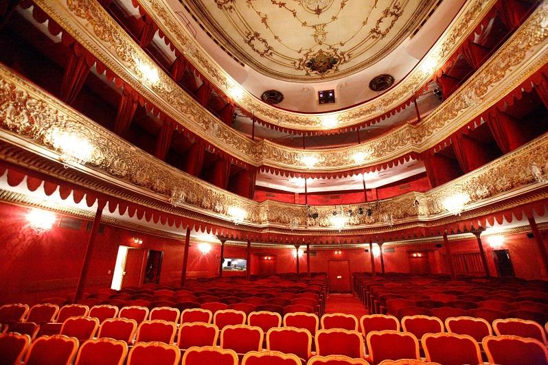 prachtvoller Zuschauerraum des Theaters in der Josefstadt