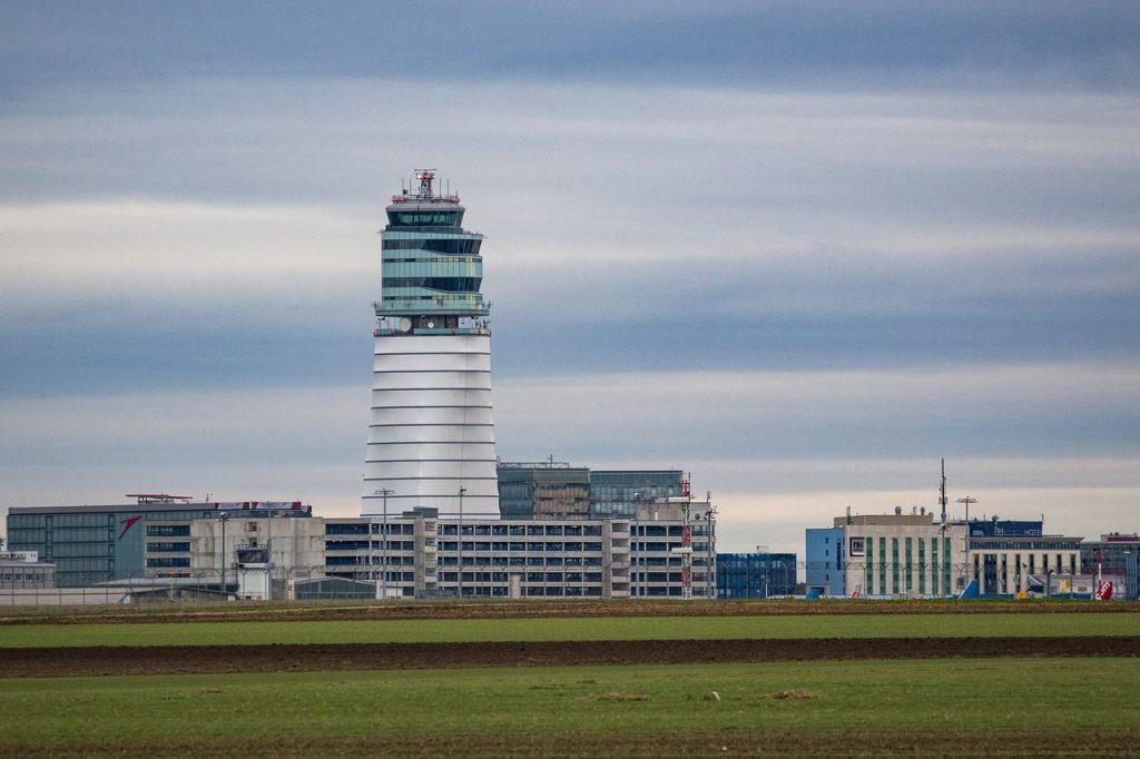 Kontrolltower des Flugshafens von außen gesehen