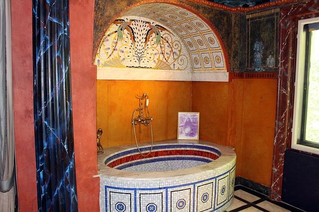 Badezimmer und Badewanne im Jugendstil im Ernst Fuchs Museum